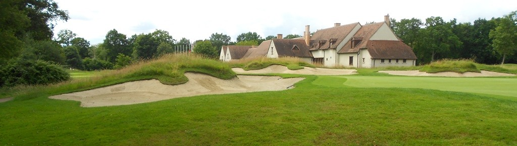Les Bordes #9 with the clubhouse in the background